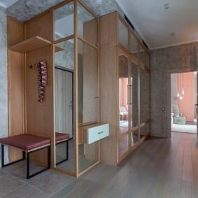 Серый пол в коридоре трехкомнатной квартиры