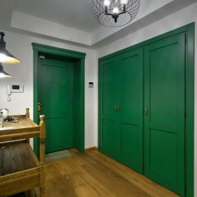 Зеленые дверцы на встроенном шкафу