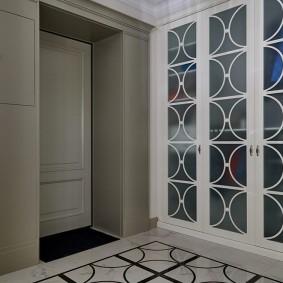 Декоративные планки на распашных дверцах шкафа