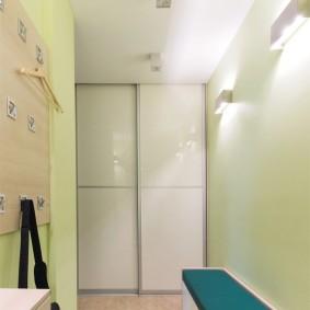 Шкаф-купе в торцевой стене коридора