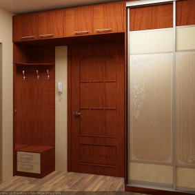Антресоль с распашными дверками над дверью в коридоре