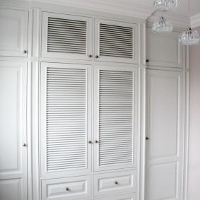 Белый шкаф с деревянными дверками