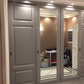 Серые дверцы на шкафу встроенной конструкции