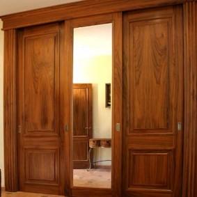 Прямоугольное зеркало на дверце шкафа для верхней одежды