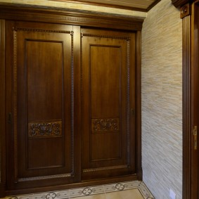 Встроенный шкаф с массивными дверями из дерева