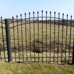 Металлический забор на столбах из круглых труб