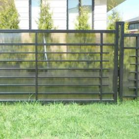 Стильный забор из профильных труб с прозрачным поликарбонатом