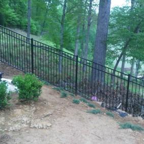 Прозрачный забор на участке с перепадами высот