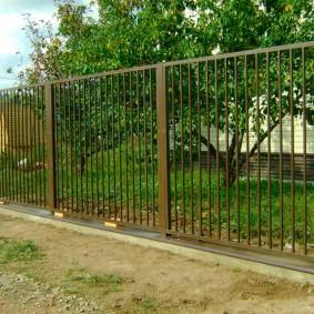 Металлический забор на бетонном основании