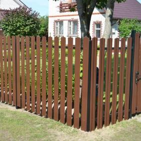Простой забор из оцинкованного штакетника
