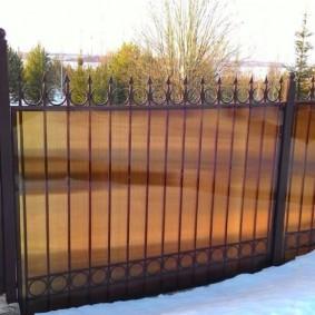 Забор из поликарбоната с пиками наверху