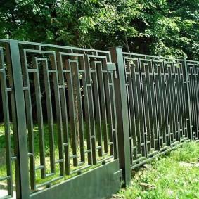 Геометрический орнамент на заборе из металла