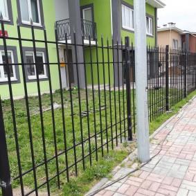 Простой забор перед двухэтажным домом