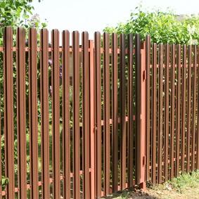 Забор на даче из металлического штакетника