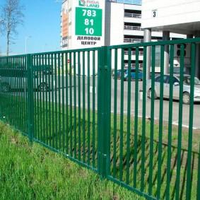 Темно-зеленый забор из квадратного профиля