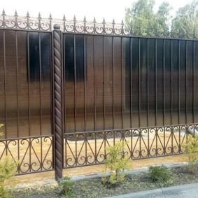 Ограждение периметра дачного участка забором с пиками