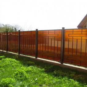 Длинный забор из поликарбоната на бетонном основании