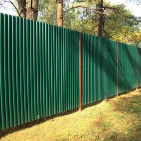 Забор из оцинкованного листа на квадратных столбах