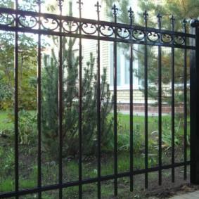 Сварной забор с элементами холодной ковки