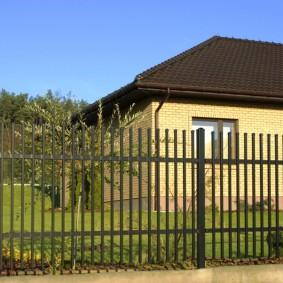 Пример ограждения участка с кирпичным домом