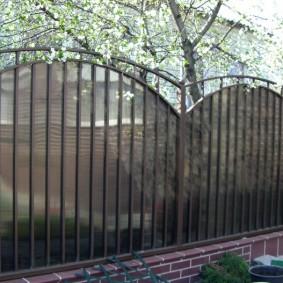 Металлический забор с волнистым верхом