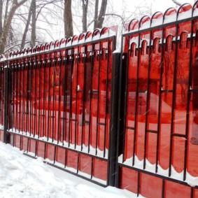 Стальной забор с литым поликарбонатом