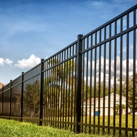 Длинный забор с редким расположением профильных труб