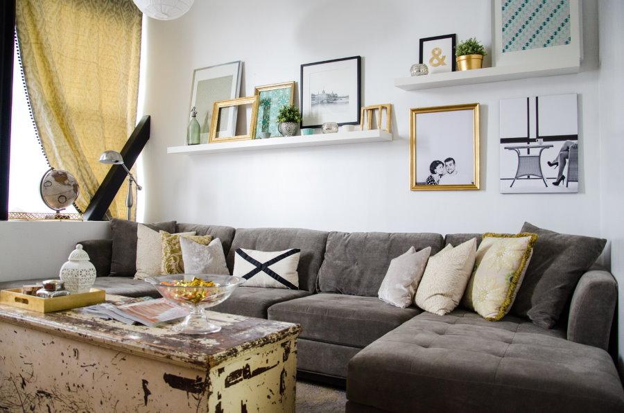 Полки для фотографий над диваном в зале