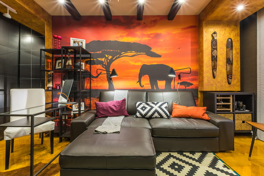 Фотообои на стене гостиной в этническом стиле