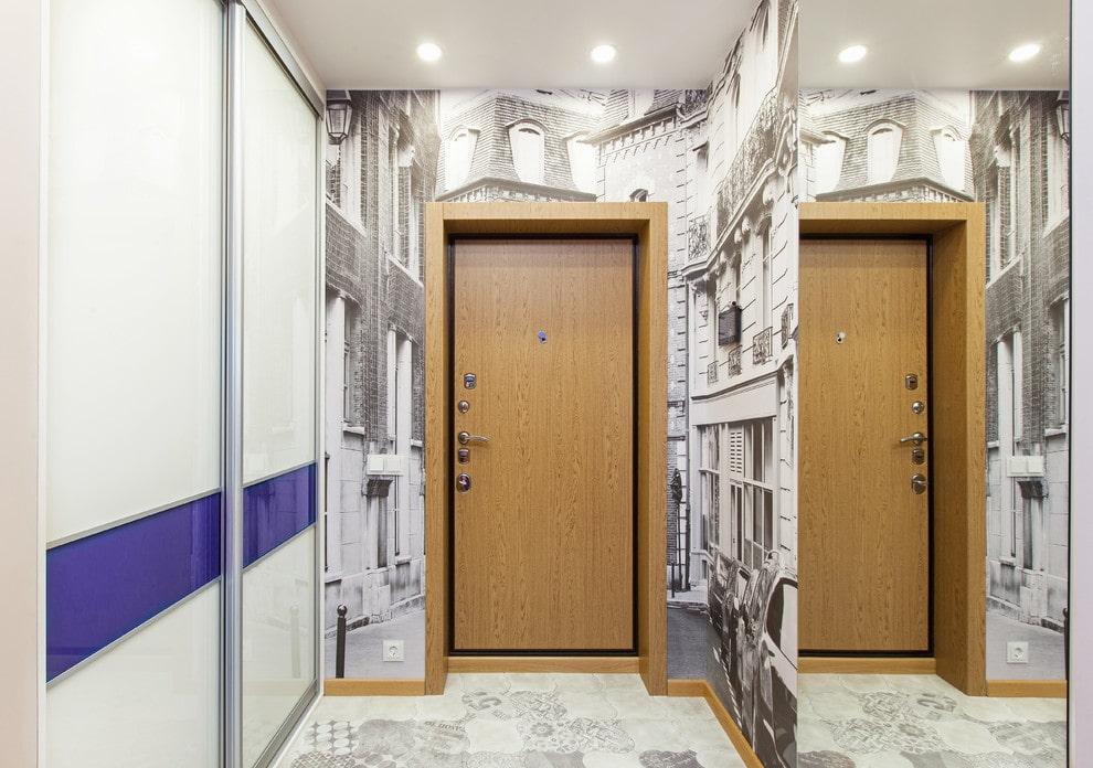 Зеркальная стена в коридоре брежневки