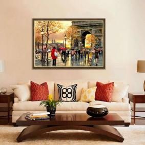 Габаритная картина над диваном в зале