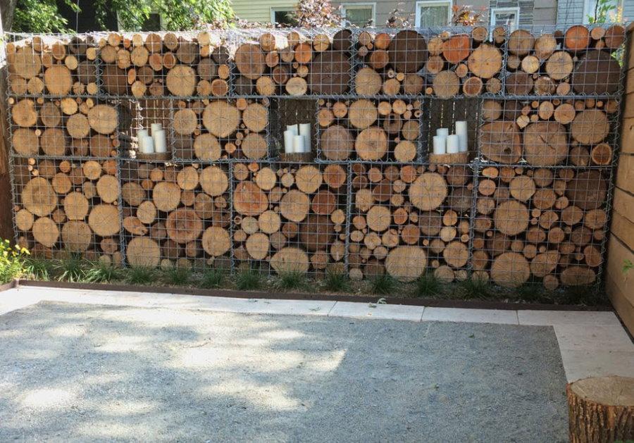 Сетчатый габион с деревянными спилами
