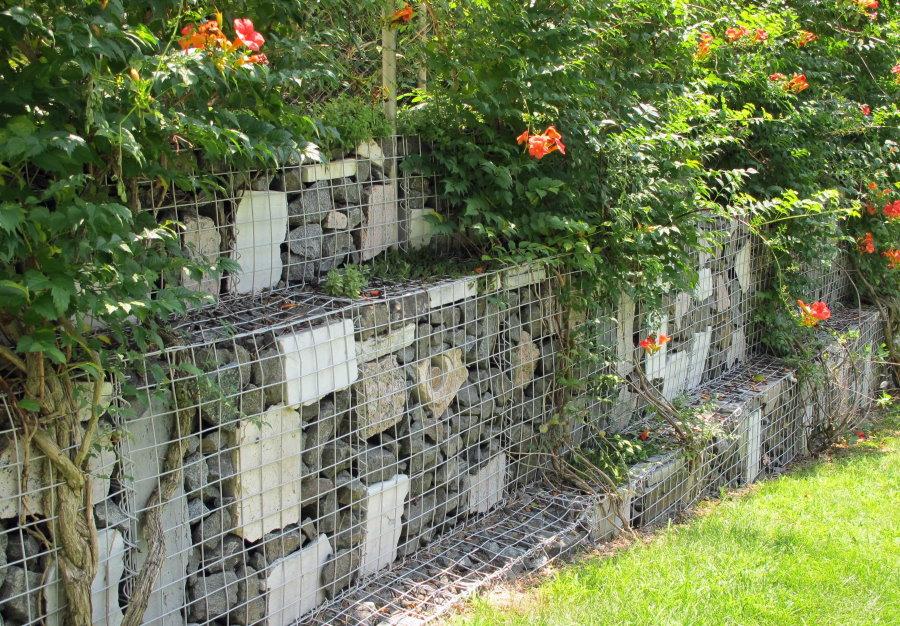 Подпорная стенка из габионов на загородном участке