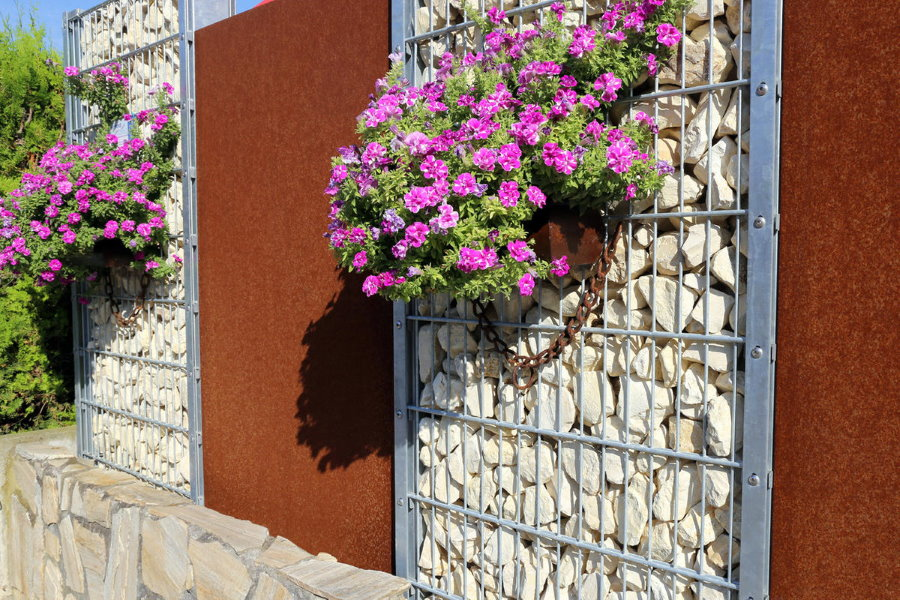 Забор из габионов с цветущими растениями в кашпо