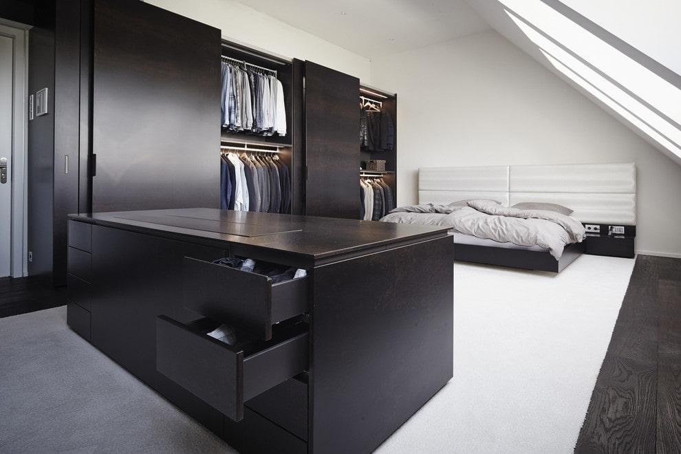 Черный гардеробный шкаф в мансарде частного дома