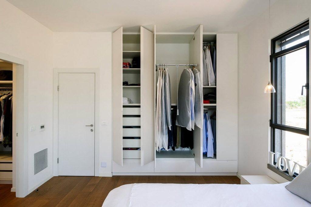 Встроенная система хранения одежды в нише стены