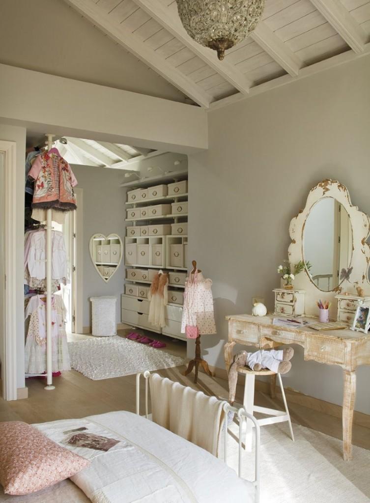Гардеробная в мансардной спальне гламурного стиля