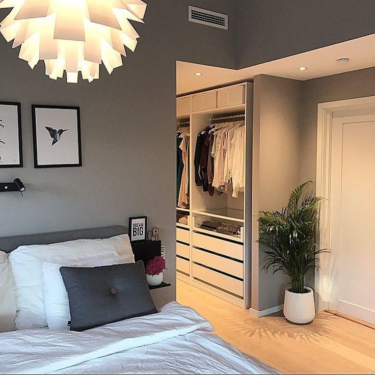 Гардероб в узкой спальне г-образной формы