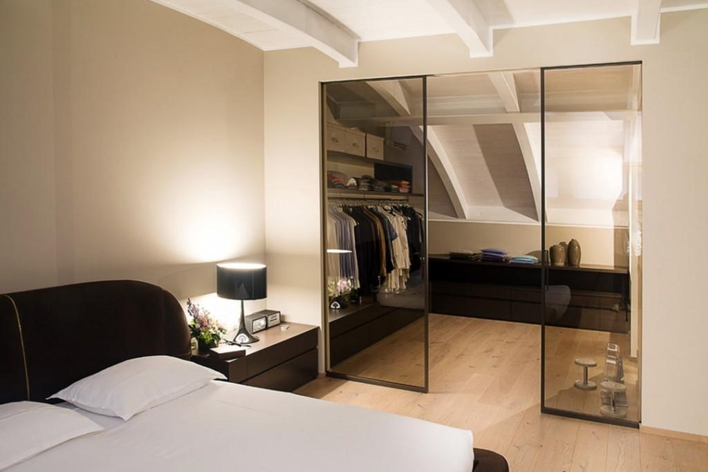 Отдельный гардероб в мансардной спальне