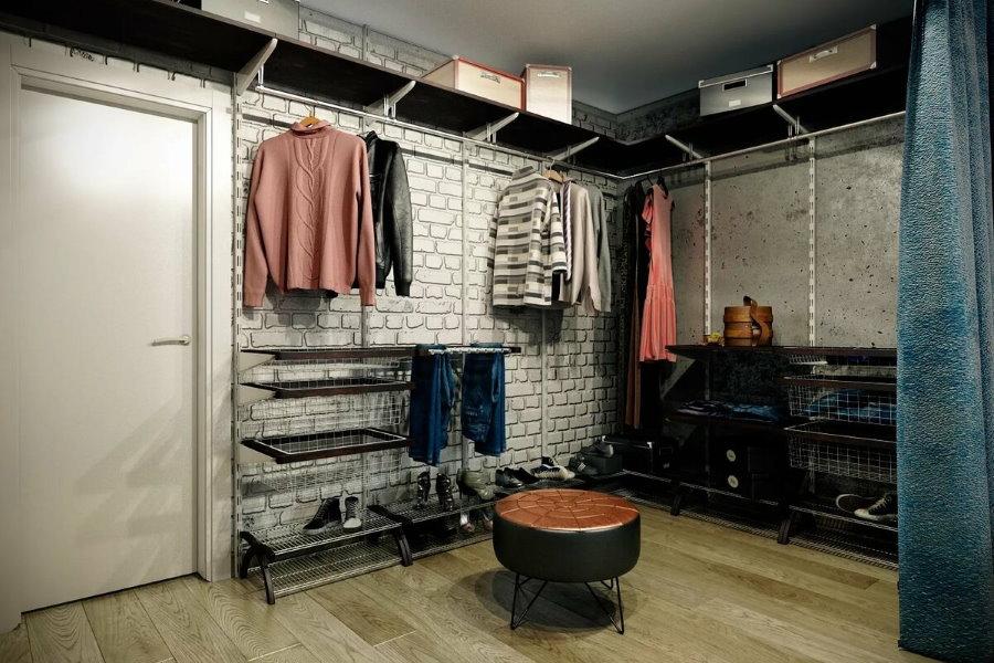 Металлические стеллажи в гардеробной открытой планировки