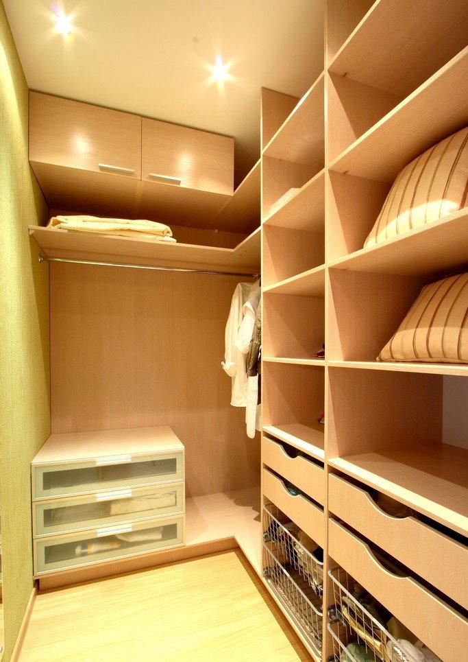 Освещение гардеробной комнаты угловой планировки