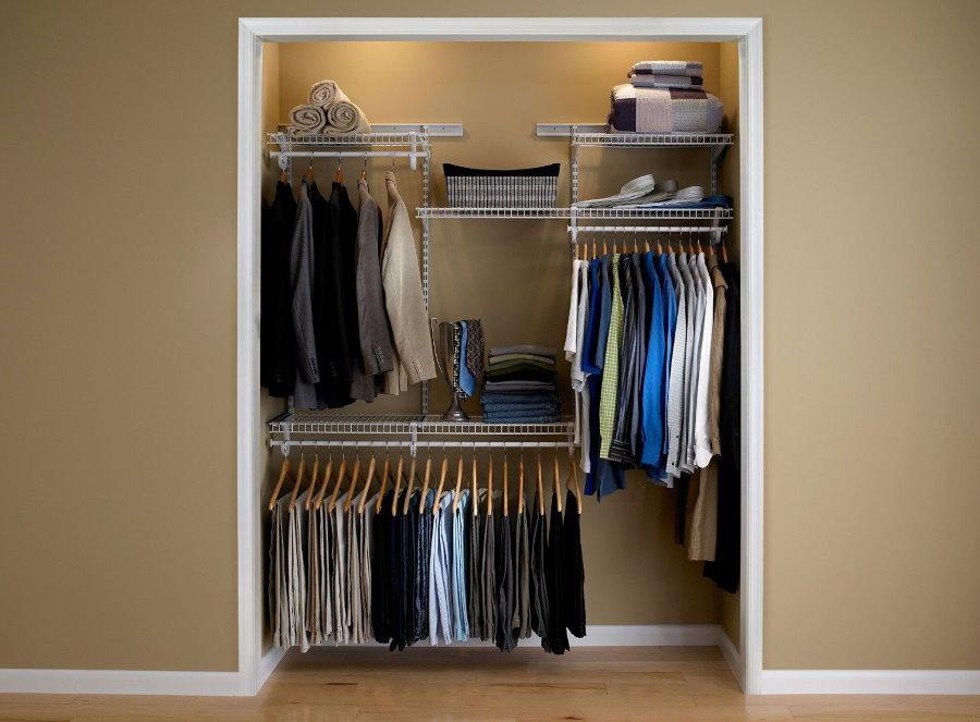 Небольшой открытый гардероб в нише стены
