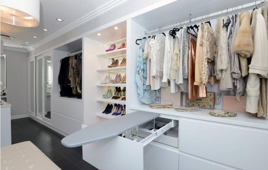 Гладильная доска в женской гардеробной комнате