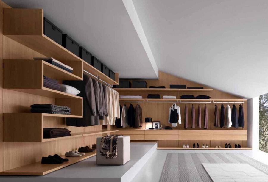 Гардероб в стиле минимализма в мансардном помещении