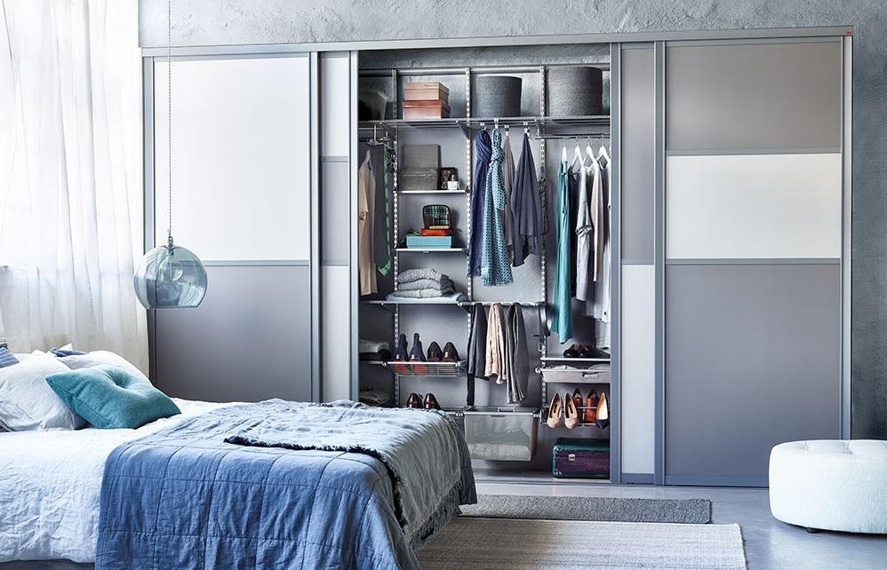 Гардеробный шкаф в интерьере современной спальни