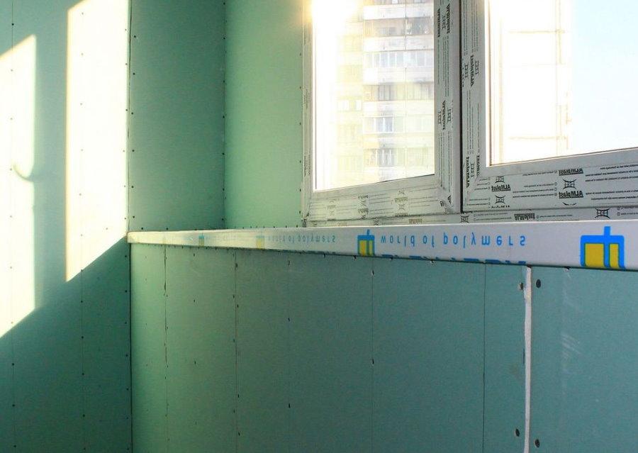 Зеленый гипсокартон на стене балкона