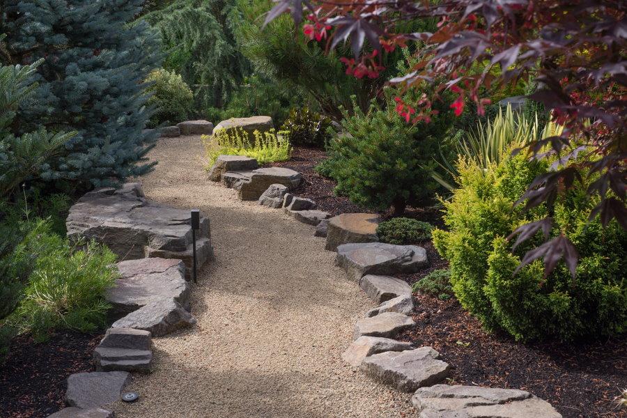 Дорожка из мелкого гравия в саду пейзажного стиля