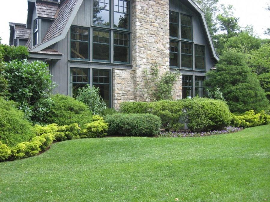 Холмистый газон перед домом в английском стиле