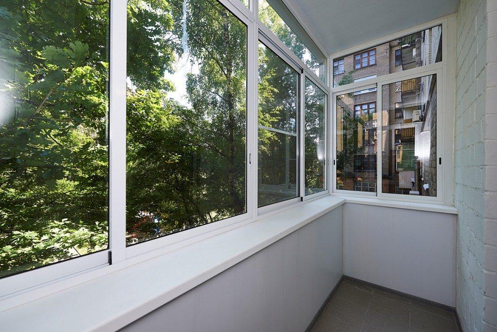 Раздвижное остекление балкона в многоэтажном доме