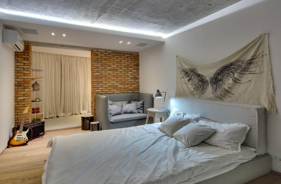 Подсветка бетонного потолка в спальне с теплым балконом